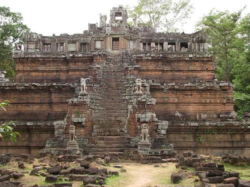 Phimeanakas en forme d'une pyramide à trois niveaux, comme un temple hindou.